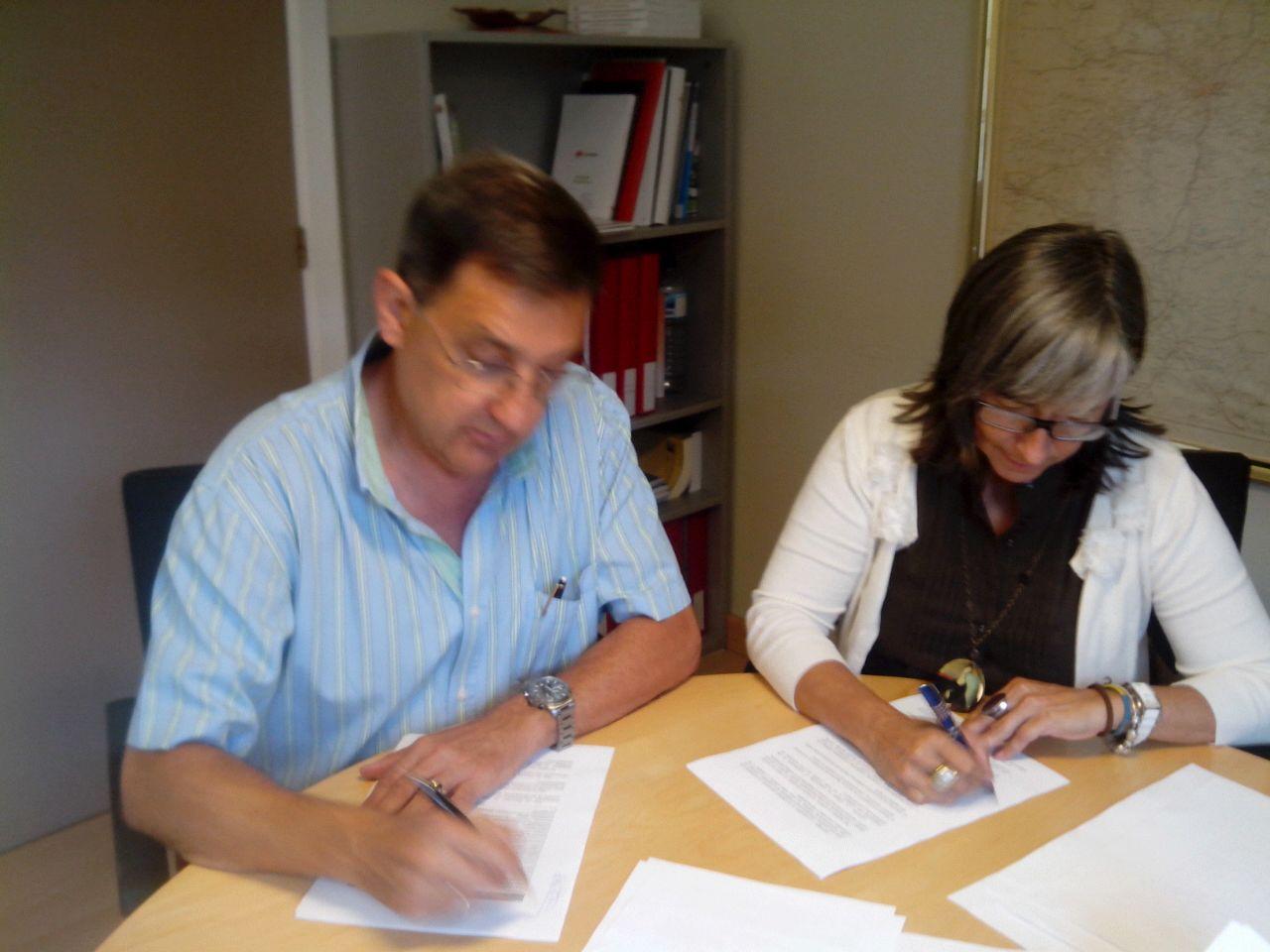 Momento firma convenio con Mari Luz Sanz y Fermín Castiella