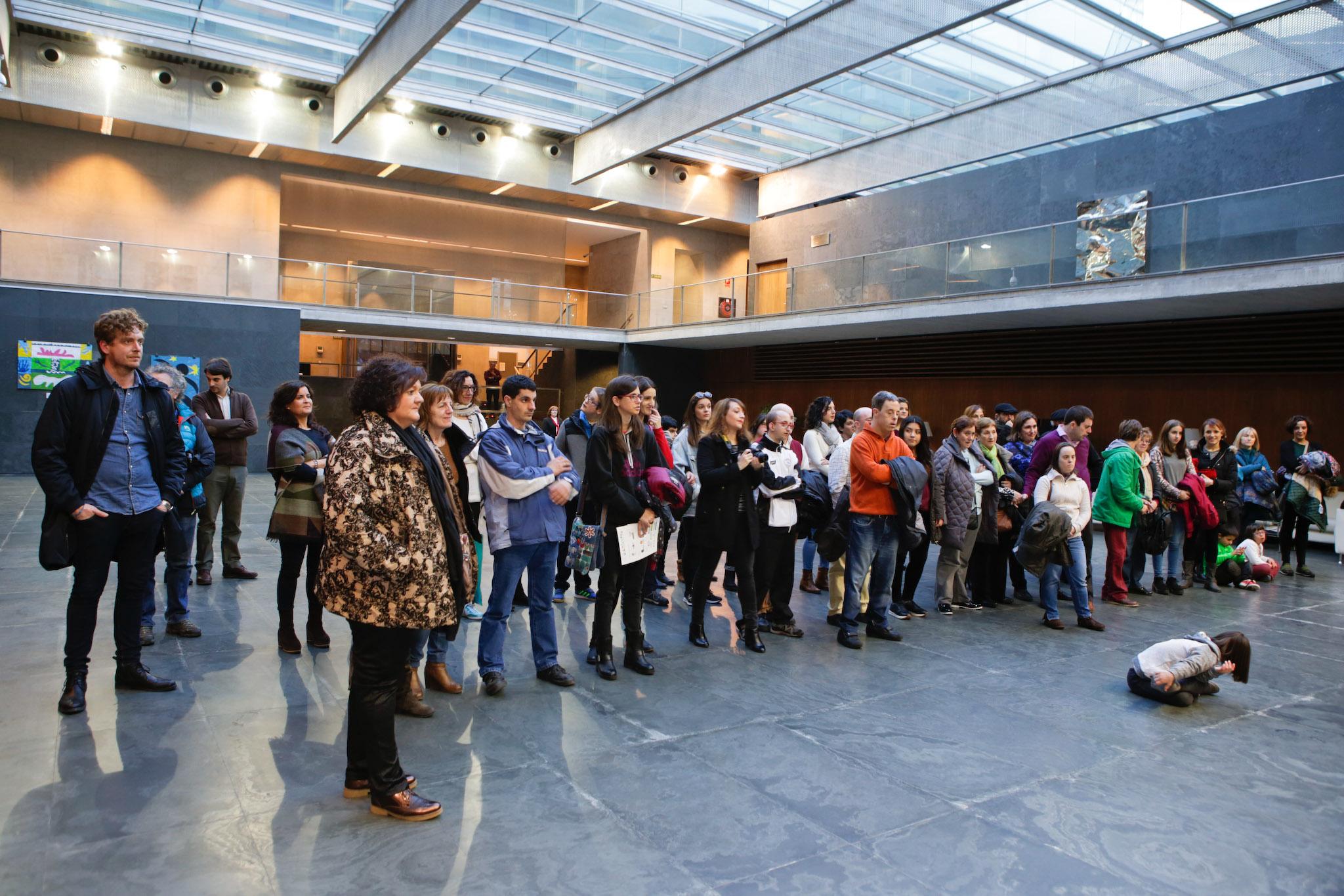 grupo de personas en inauguración exposicion