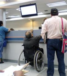 hombre en silla de ruedas no llega a mostrador