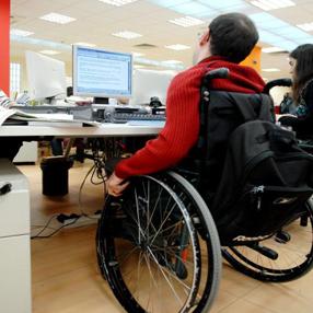 Una persona con discapacidad física en su puesto de trabajo