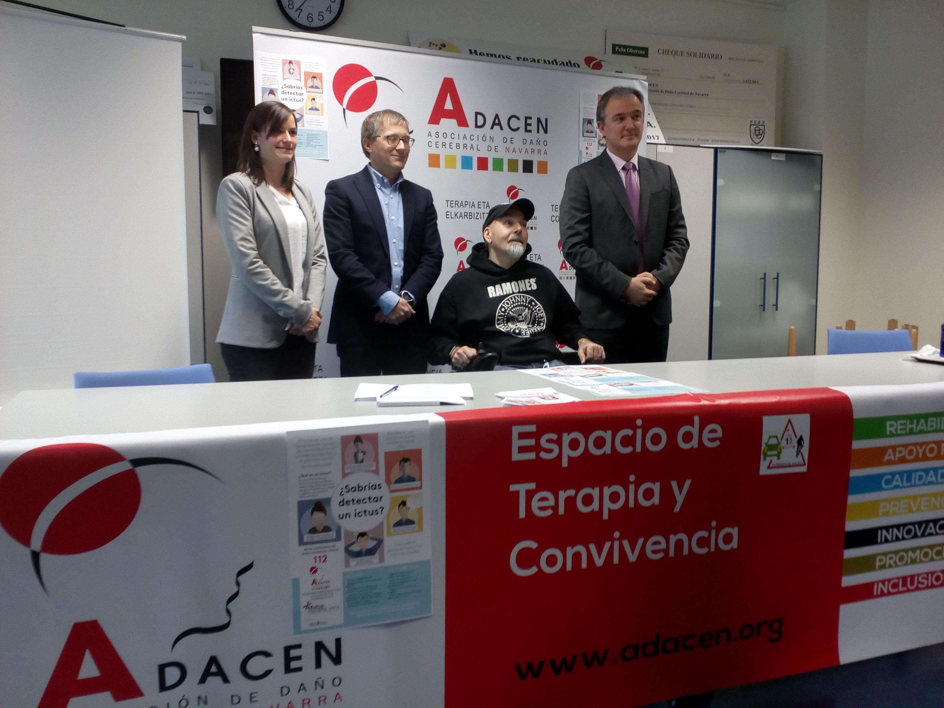 foto de grupo con representantes de Adacen y Mutua Navarra