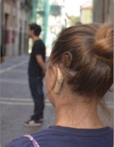 chica con un implante coclear