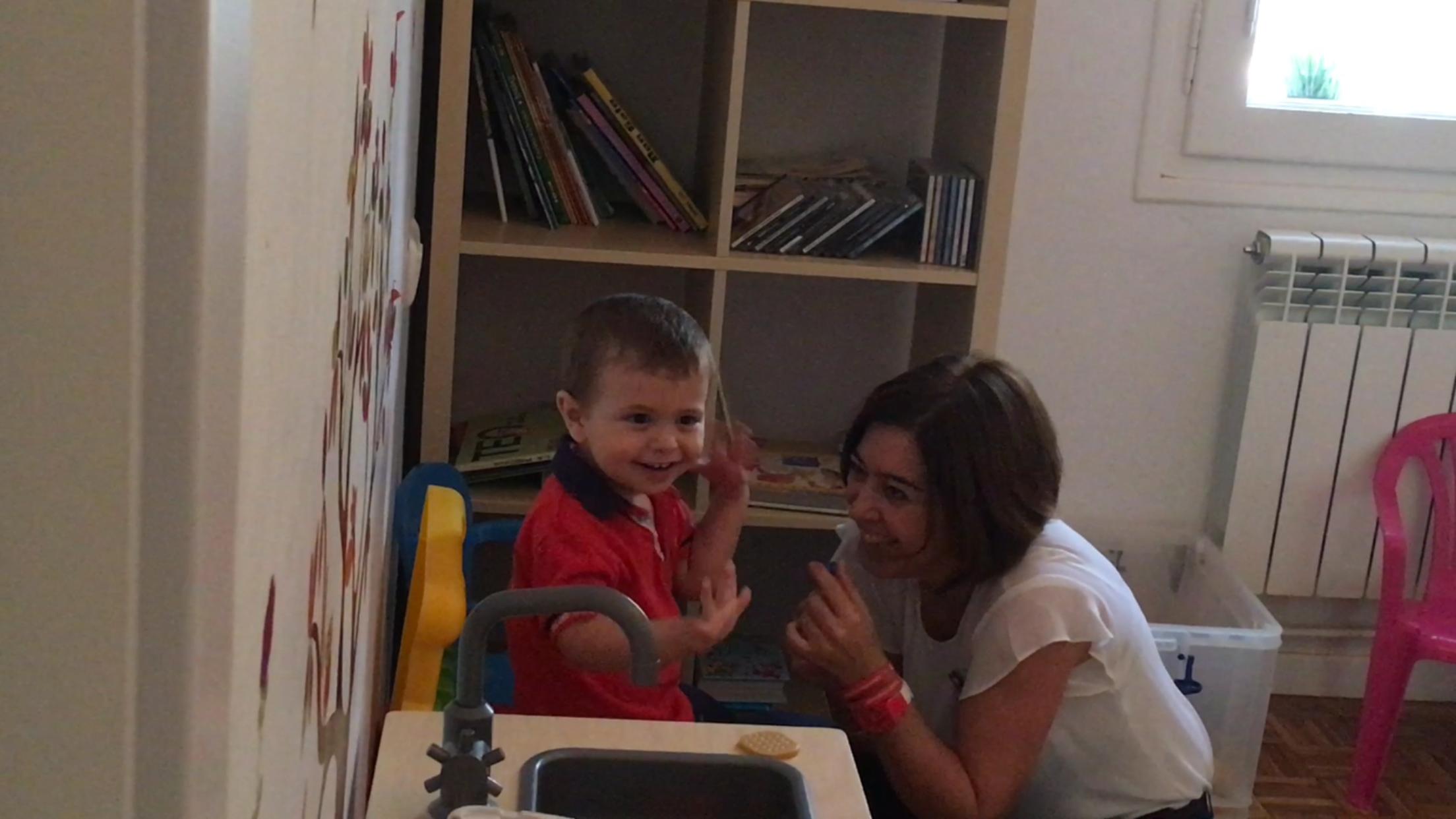 Amaya Ariz y un niño de ANA