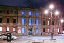 imagen de la fachada del Parlamento iluminada de color azul