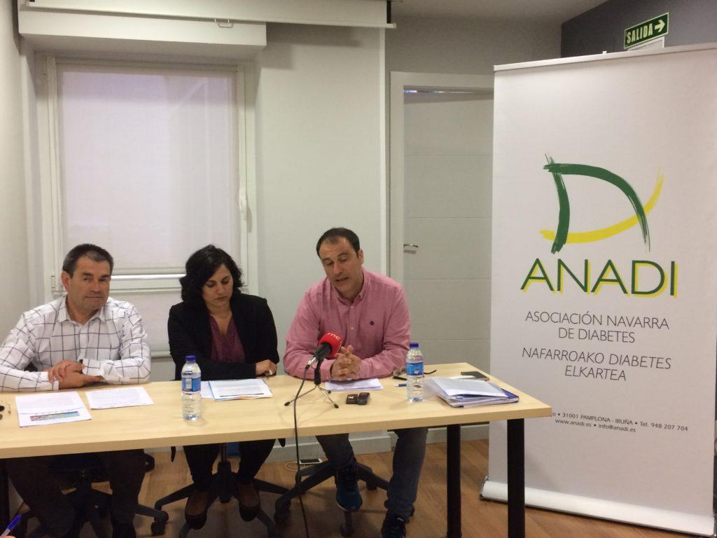 tres personas en la presentación del reto