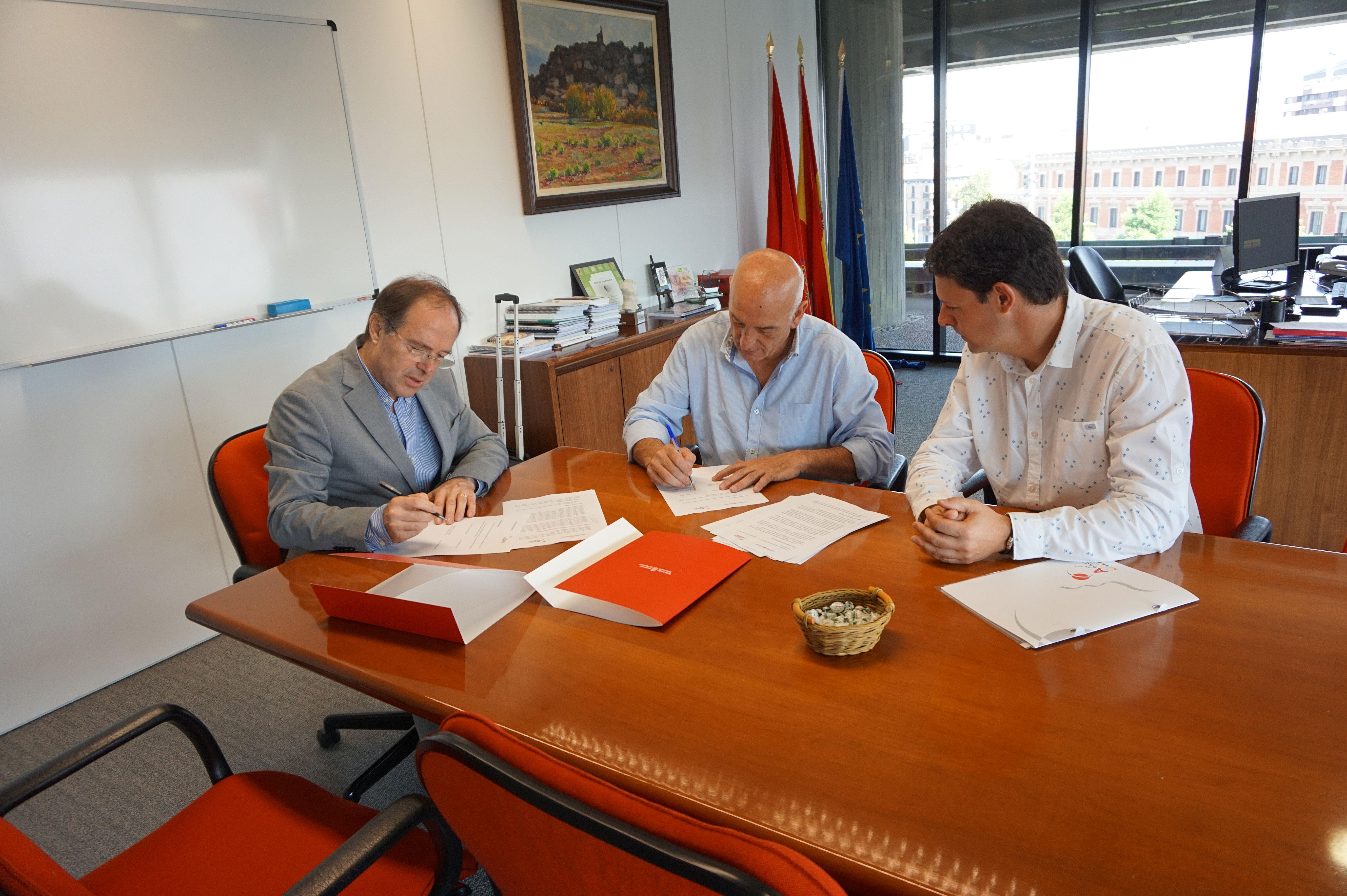 El director general de Salud, Luis Gabilondo, firma el convenio con representantes de ADACEN