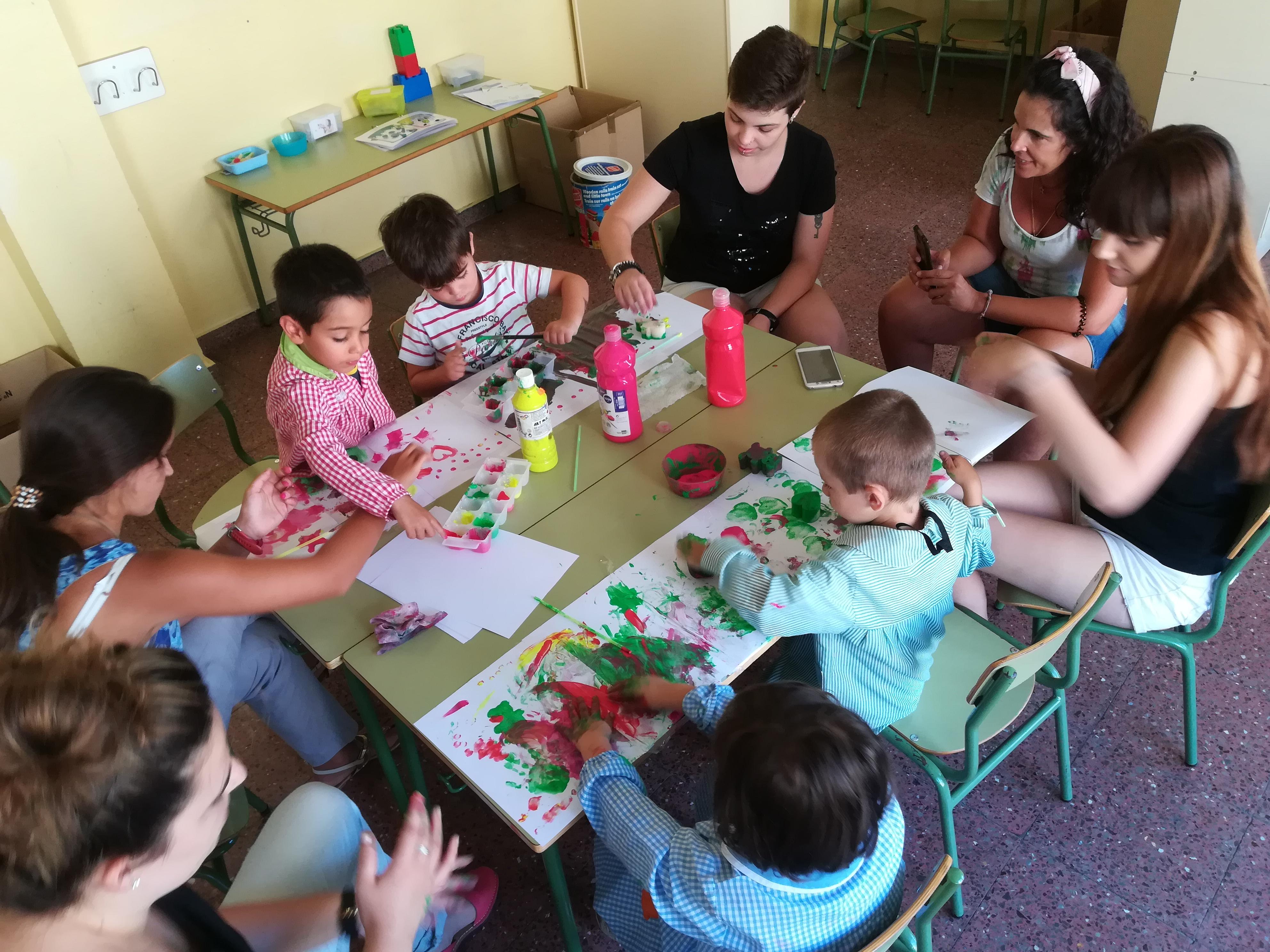 En la fotografía, varios de los niños con sus monitores en la Escuela