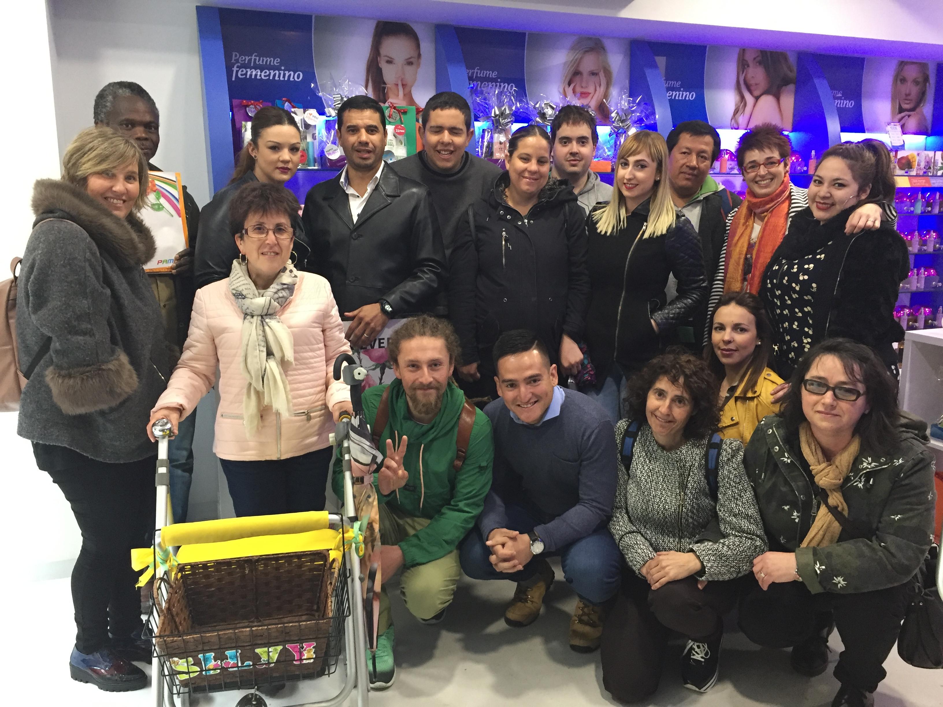 Participantes de la primera edición del curso, en un comercio de Estella