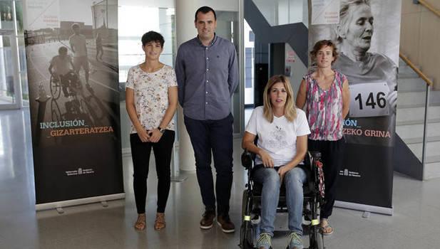 Isabel Sánchez (Aspace), Ruben Goñi y Begoña Echeverría (INDJ) y Erkuden Chocarro (Ibili). (Iban Aguinaga)