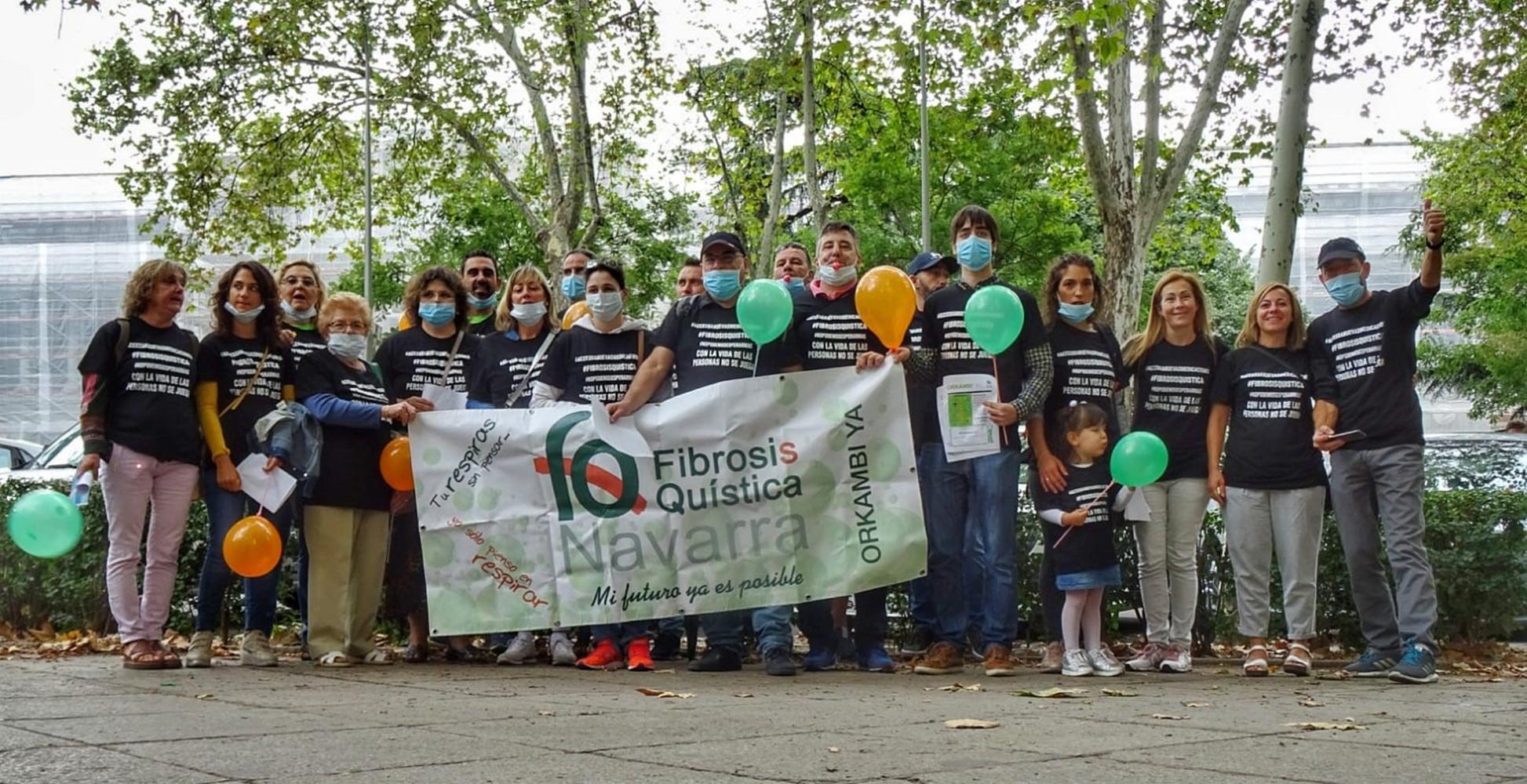 Grupo de 20 personas con la pancarta de Fibrosis Quística Navarra