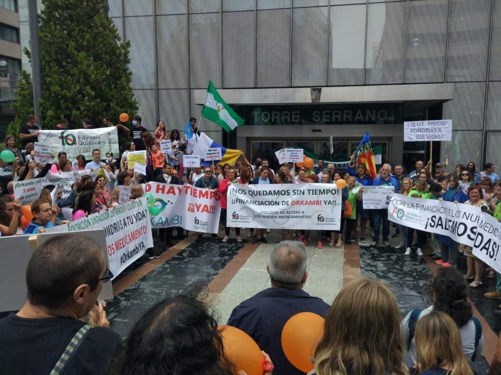 Grupo numeroso de personas con pancartas