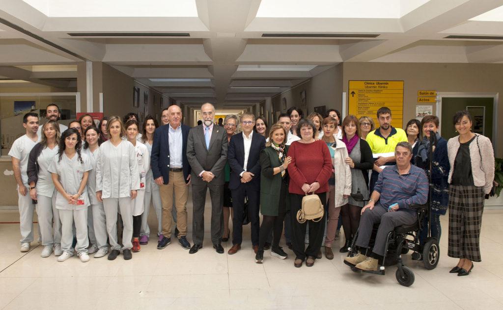 Domínguez, Herrera y Fernández con los y las profesionales que tratan a las personas con Daño Cerebral Adquirido