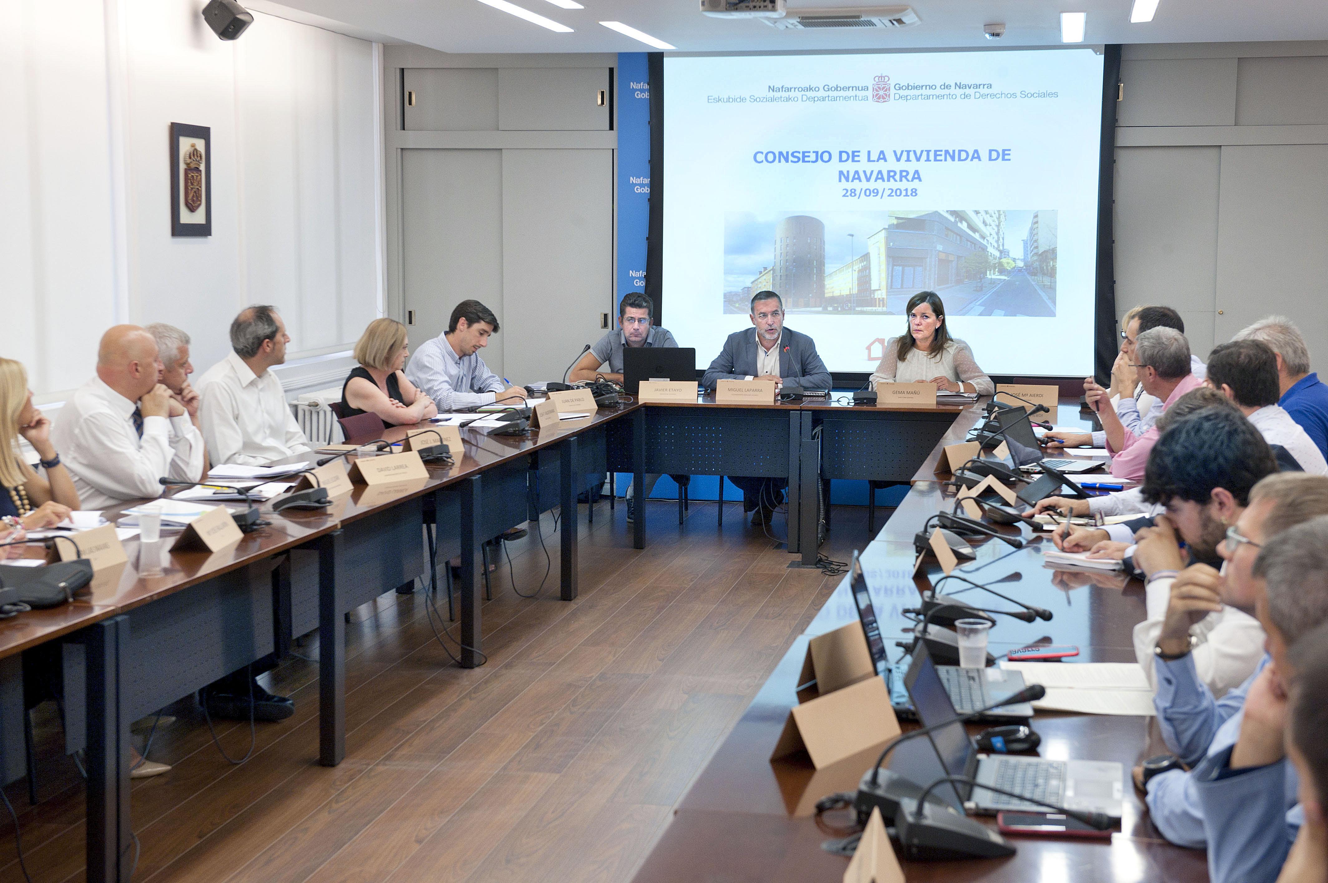 El vicepresidente Laparra y Gema Mañú, con el resto de vocales, en la primera sesión del Consejo de Vivienda
