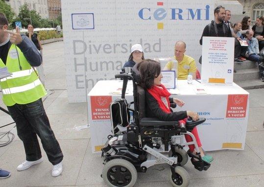 Personas con discapacidad simulan un proceso electoral para exigir su derecho a voto