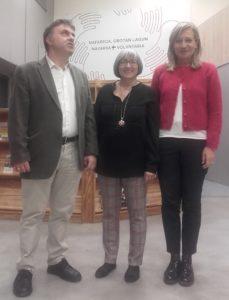 tres personas de pie