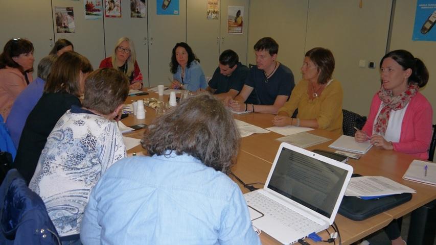 Personas sentadas alrededor de una mesa