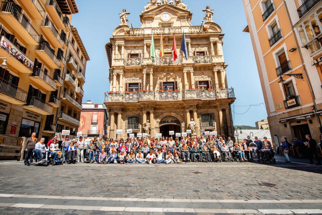 Los participantes frente al Ayuntamiento de Pamplona