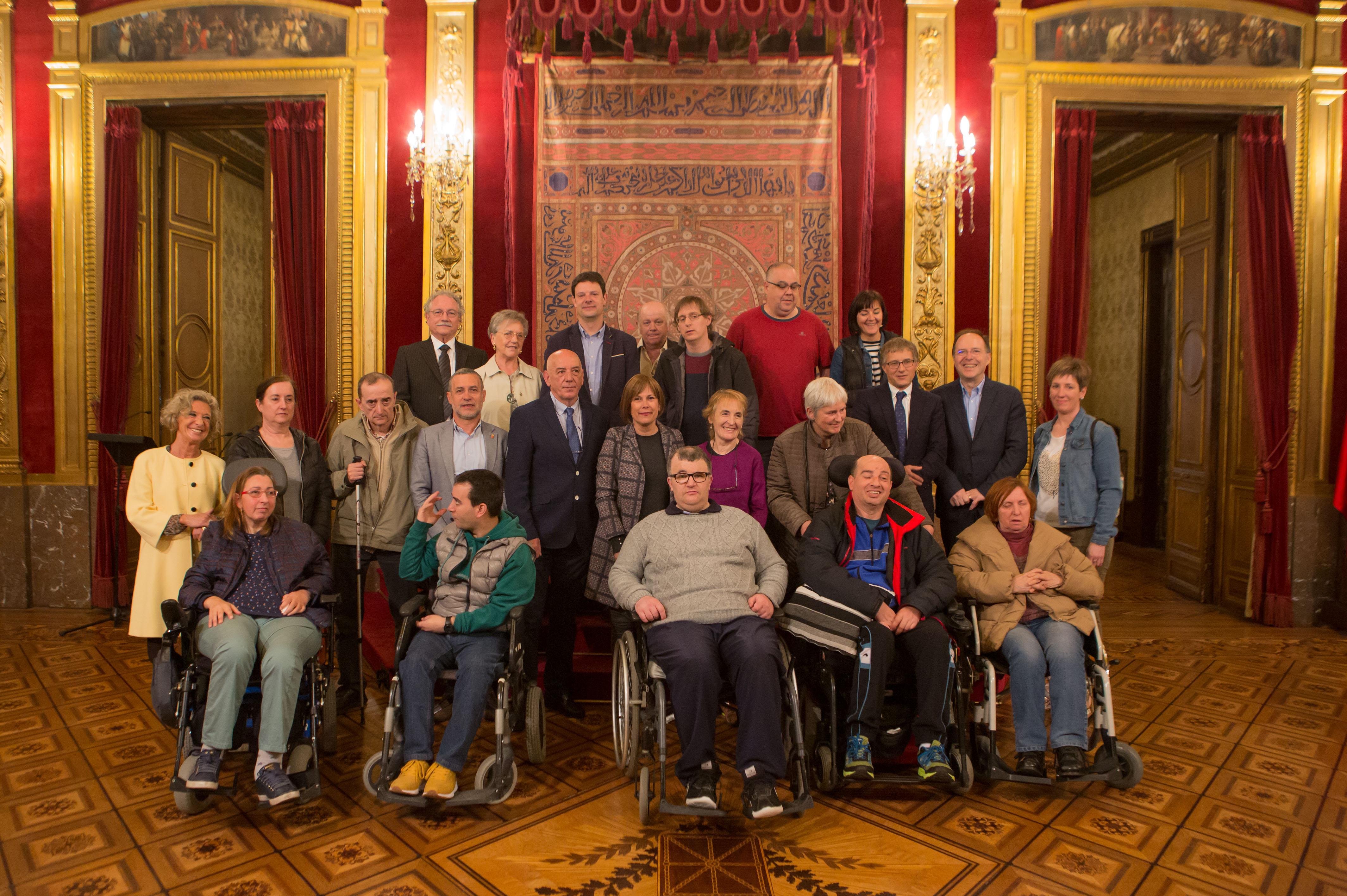 Las autoridades con los representantes de ADACEN