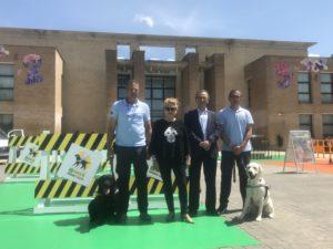 Fotografía de los instructores con sus perros guías además de miembros del Consejo Territorial de la ONCE de Navarra