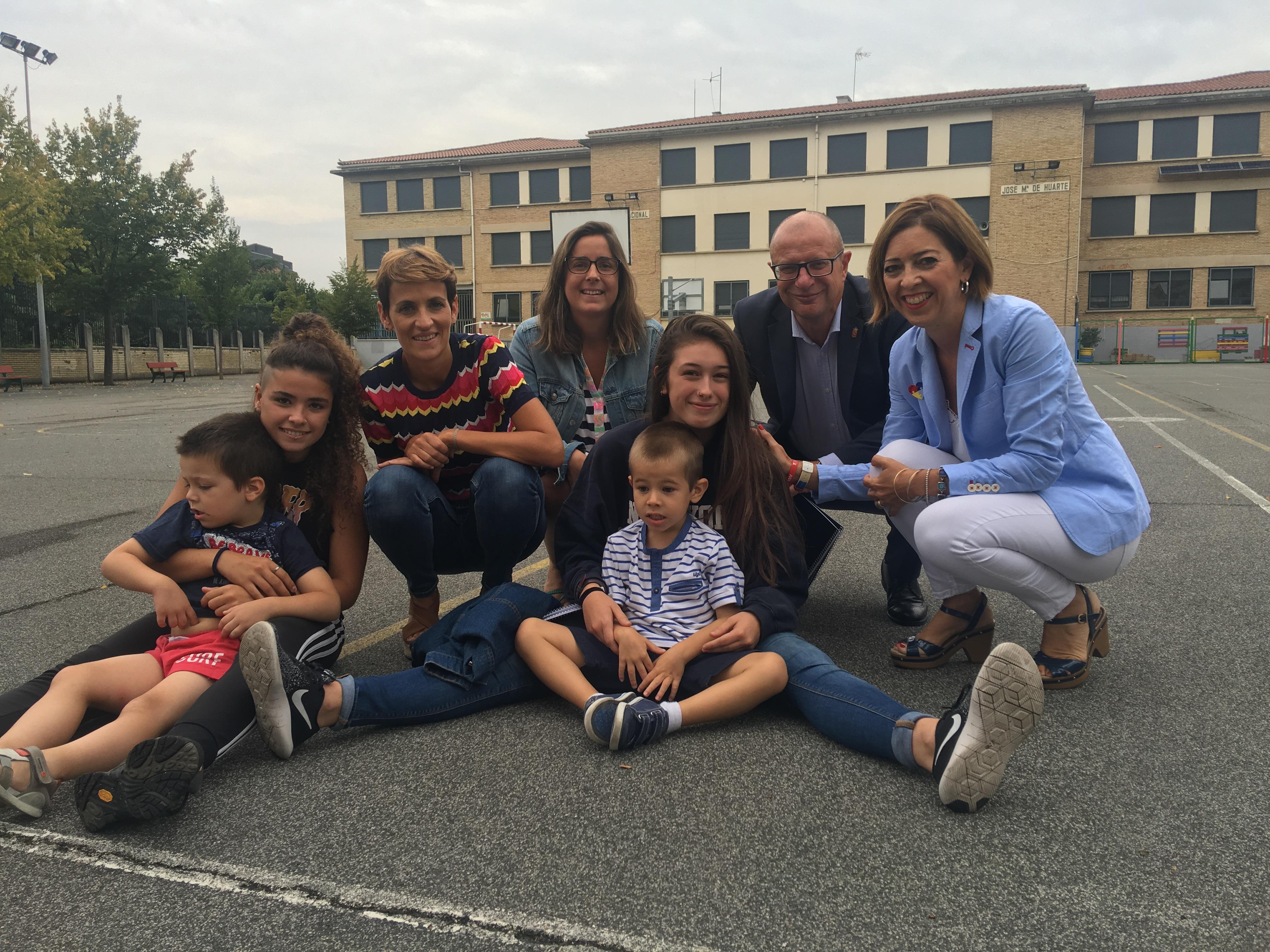 Fotografía de la visita de la Presidenta del Gobierno María Chivite y el Consejero de Educación Carlos Gimeno a la Escuela de verano de ANA