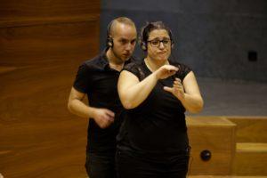 Dos intérpretes de lengua de signos