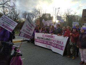 """pancarta con el texto """"El feminismo será inclusivo o no será"""" y portando la pancarta varias mujeres con discapacidad"""