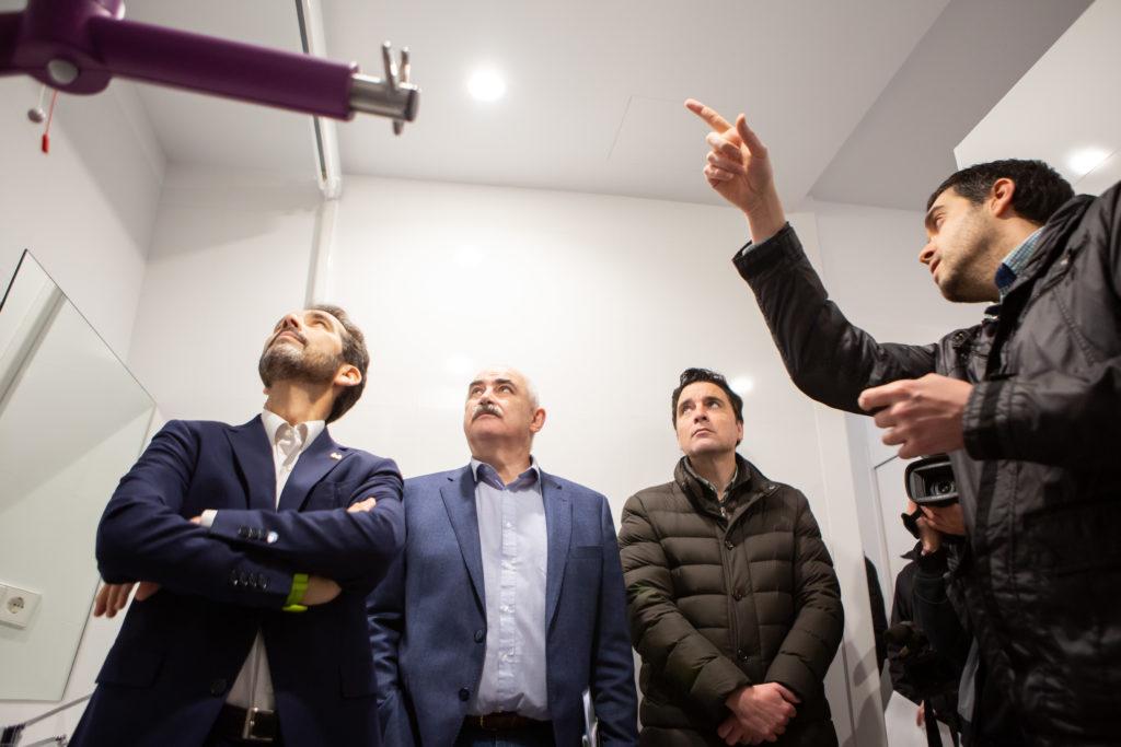 El vicepresidente Ayerdi, acompañado de Manuel Arellano (izda) y Alberto Bayona (dcha) atiende las explicaciones de David Chocarro ( Nasuvinsa) en uno de los baños de la vivienda