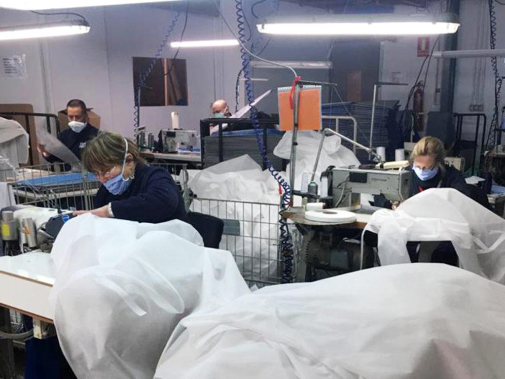 La sección de textil, confeccionando batas para Osasunbidea