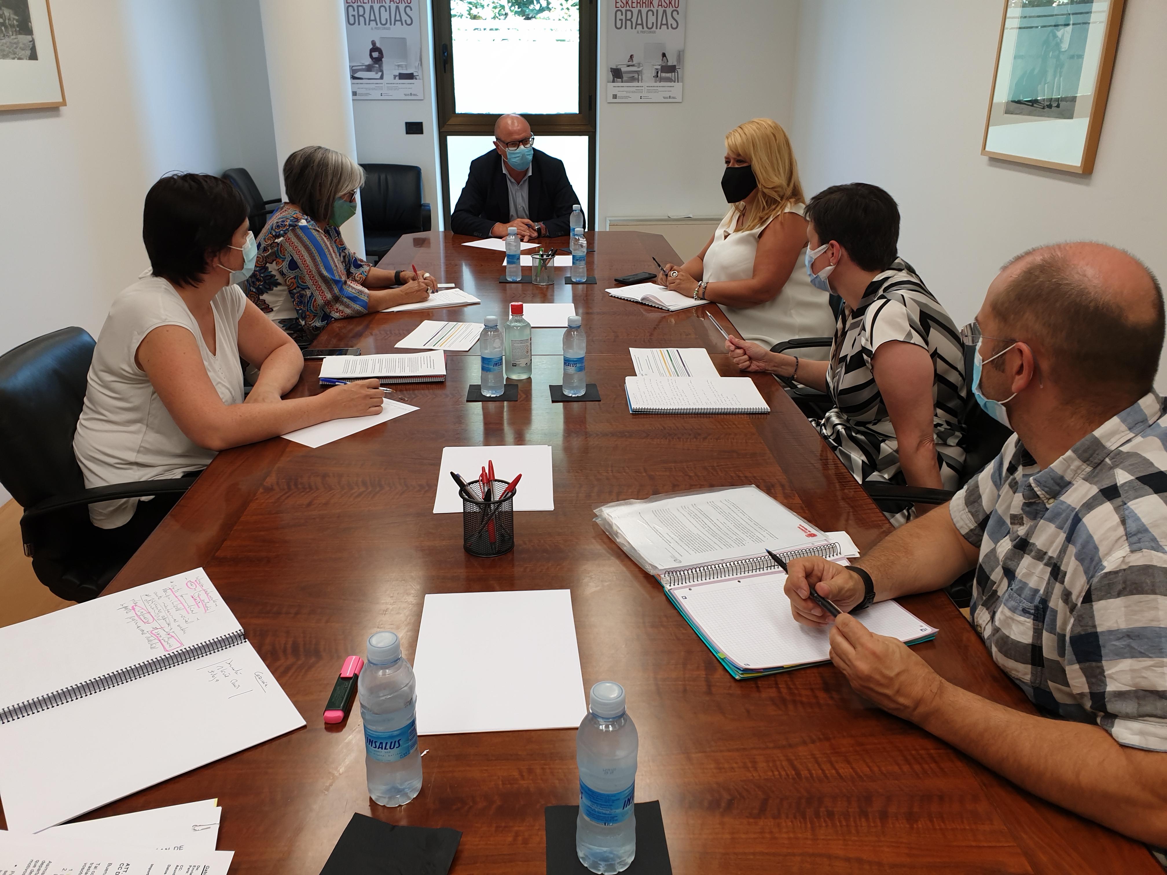 Momento de la reunión mantenida con el Departamento de Educación.