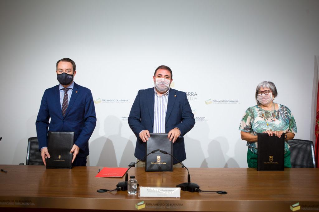 Fotografía de la presentación del Convenio en la que aparecen Ramón Gonzalo, rector de la UPNA, Unai Hualde, presidente del Parlamento de Navarra, y Mariluz Sanz, presidenta de CERMIN.