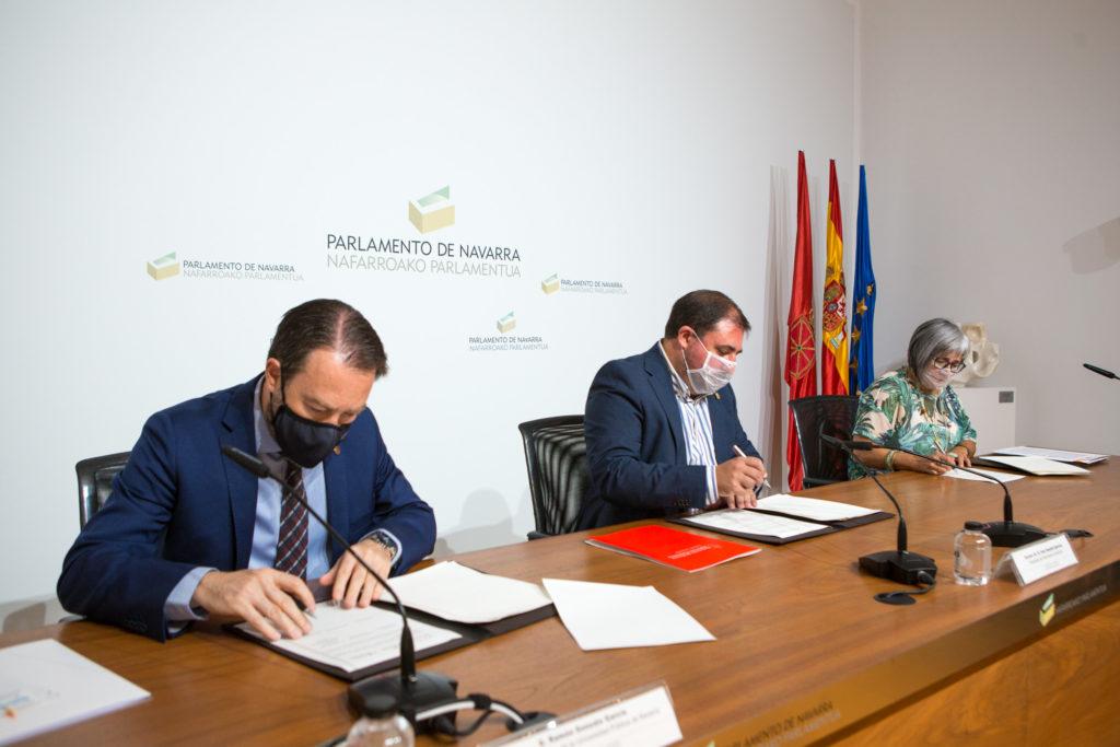Fotografía del momento de la firma del Convenio.