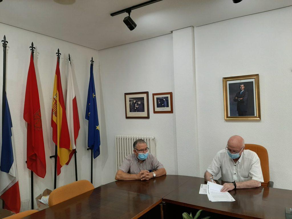 Momento de la firma del contrato entre el alcalde de Ablitas, Carmelo Arriazu Serrano y el Presidente de Adisco, Valentín Carranza Roldán