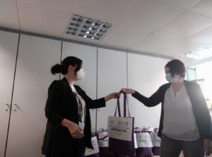 Imagen de la entrega de las mascarillas a una de las entidades miembro de CERMIN