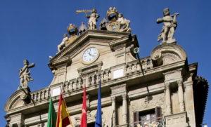 Imagen de la parte superior de la fachada del Ayto. de Pamplona