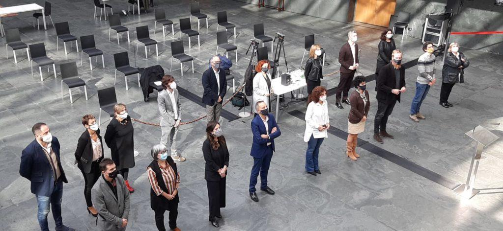 Foto de familia de los representantes de la PES con los parlamentarios de distintos grupos