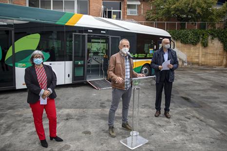 Fotografía de un momento de la presentación de las nuevas canceladoras de las villavesas para personas usuarias de silla de ruedas.