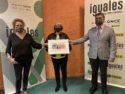 Imagen de la entrega del cupón a Mariluz Sanz por parte de Pilar Herrero y Valentín Fortún