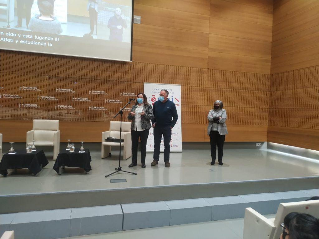 Imagen de la entrega del premio Acción deportiva Inclusiva. Mariluz Sanz con los padres de Eunate Arraiza Otazu