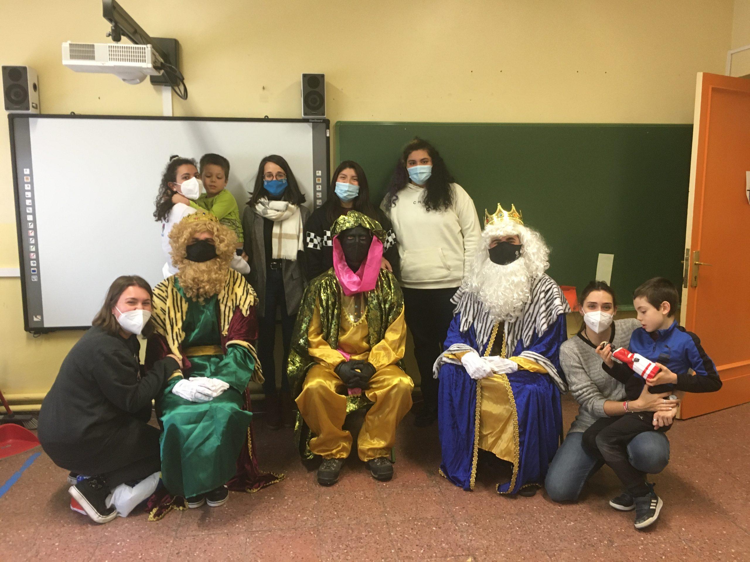 Fotografía de la visita Reyes Magos a la Escuela de Navidad de Pamplona de ANA