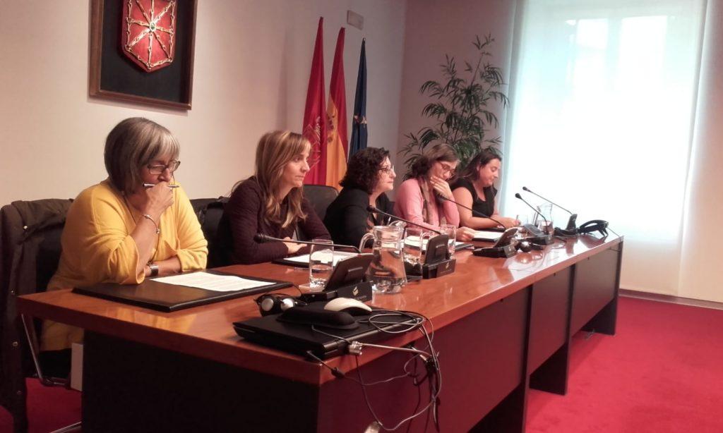 Mariluz Sanz (CERMIN), Edurne Arzelus (REAS), Isabel Aranburu (Presidenta de la Comisión), Amaia Campión (CONGDN) y Amaia Leránoz (Red Pobreza)