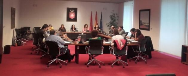 parlamentarios sentados alrededor de una mesa en comparecencia parlamentaria