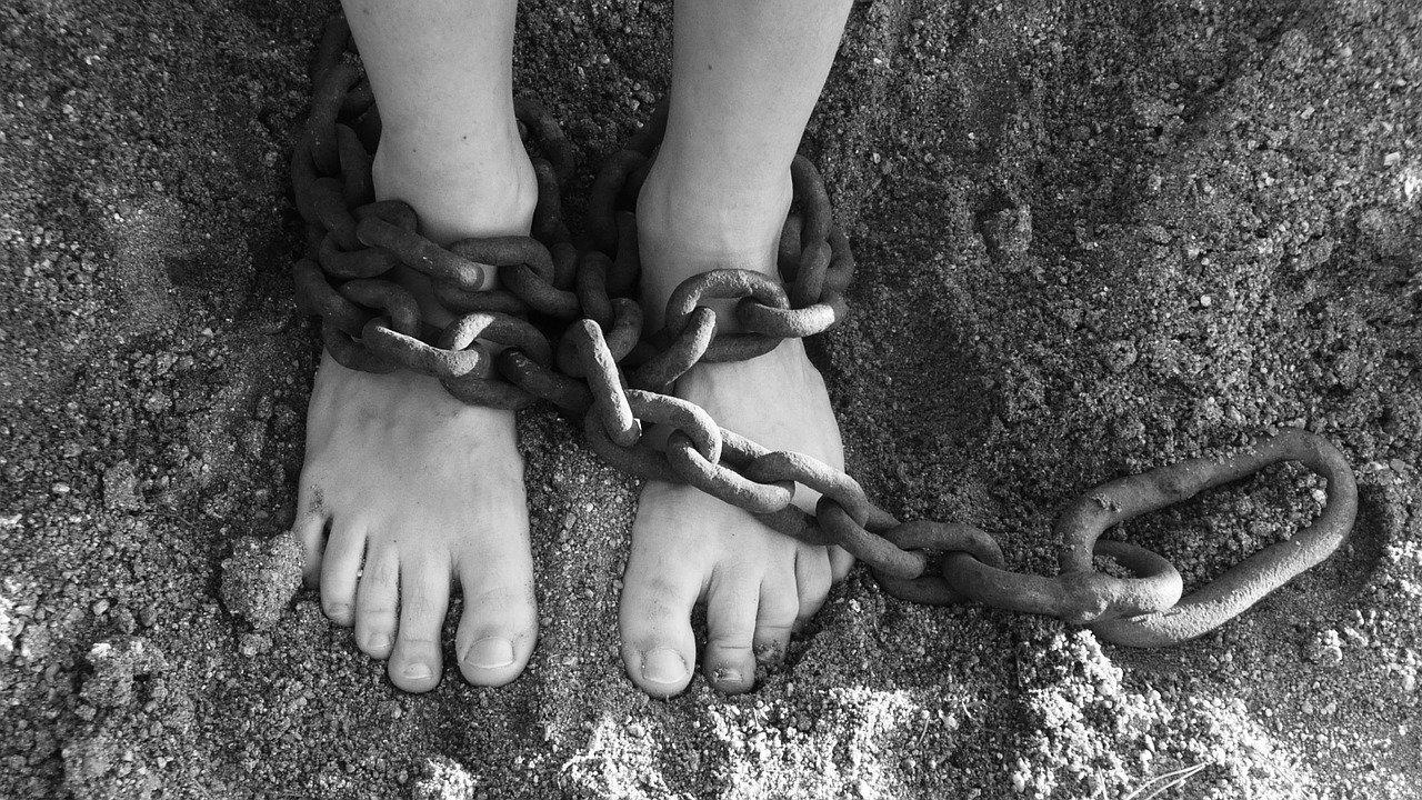 Imagen de unos pies atados por una cadena