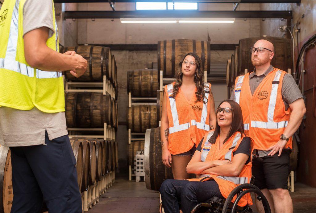 Imagen de un grupo de trabajadores recibiendo una charla