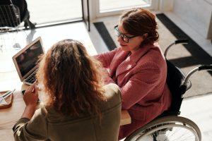 Imagen de dos mujeres utilizando un ordenador potátil