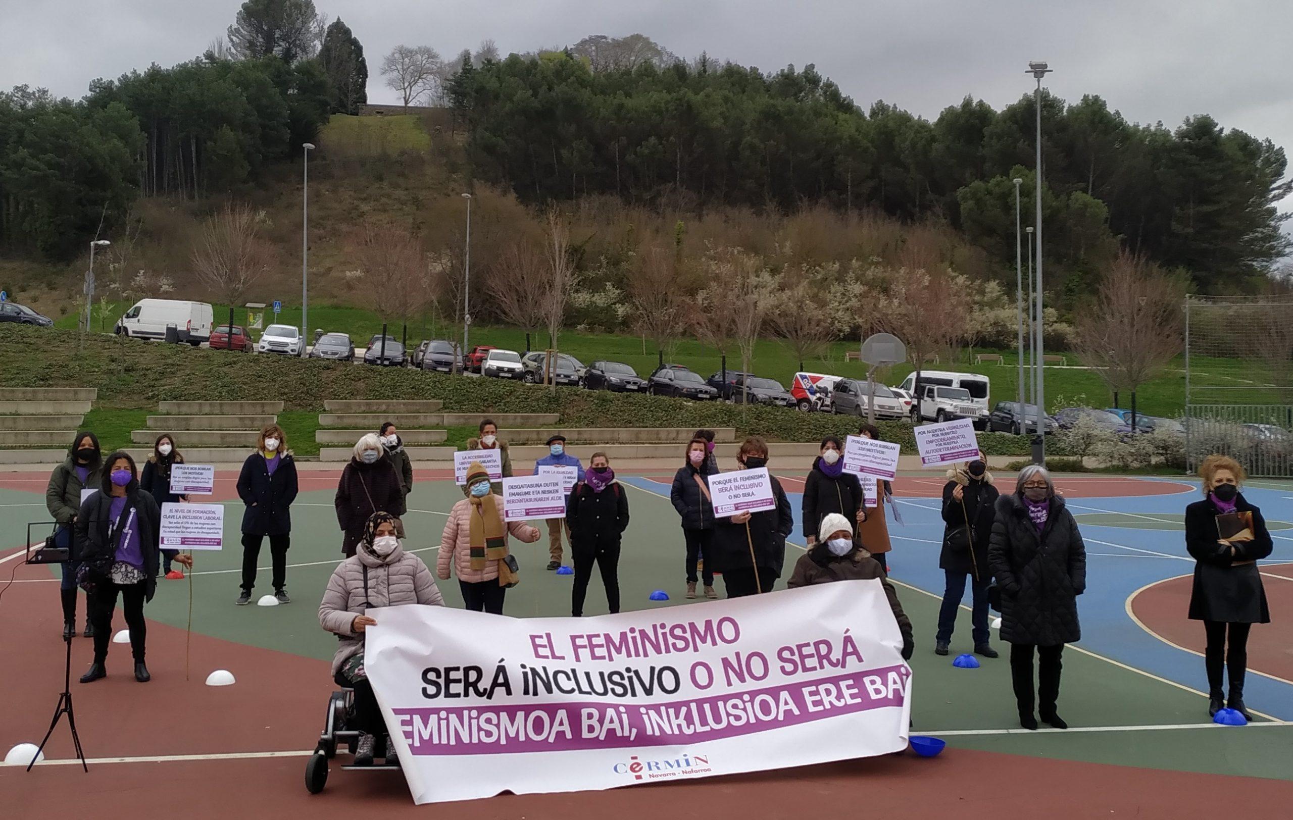 Imagen de la concentración. En primer término la pancarta portada por mujeres con discapacidad