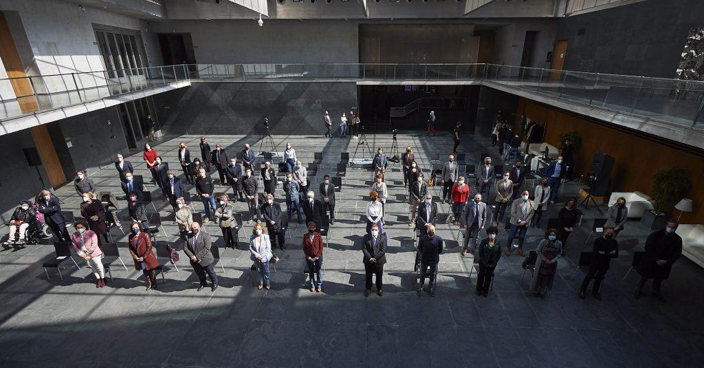 Imagen del atrio del Parlamento con los asistentes al acto