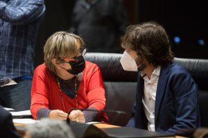 Dos parlamentarios forales charlando durante la sesión