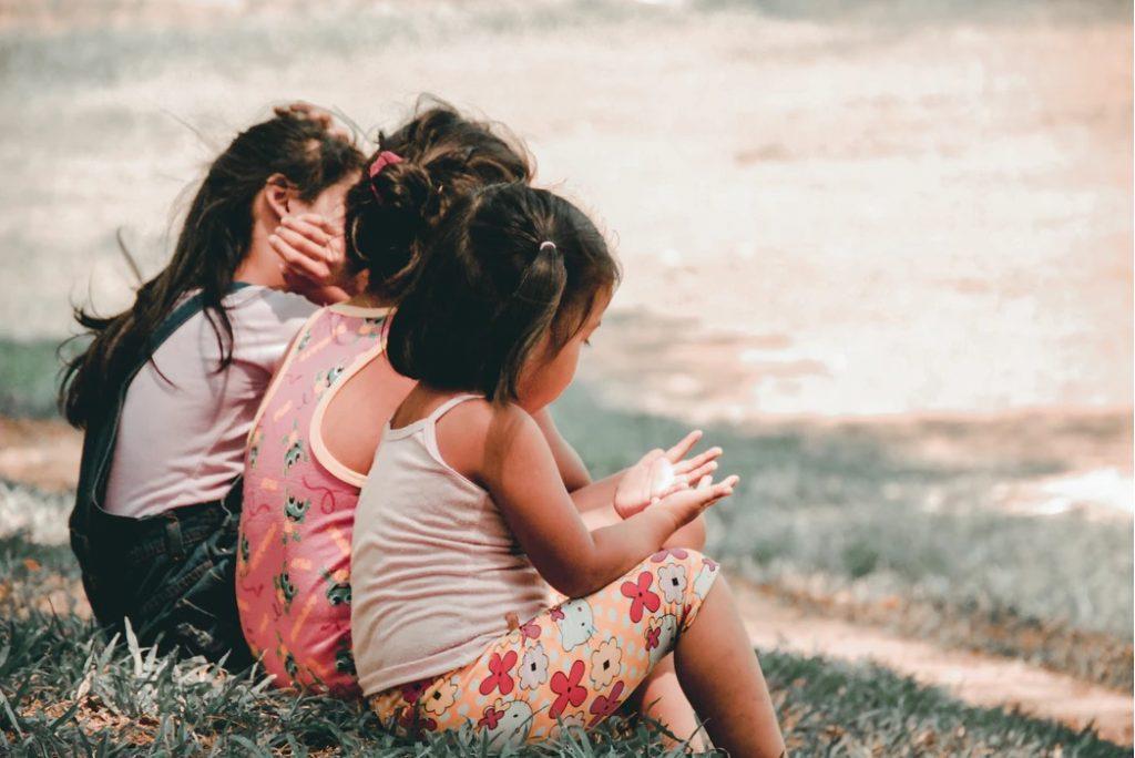 Fotografía de tres niñas sentadas