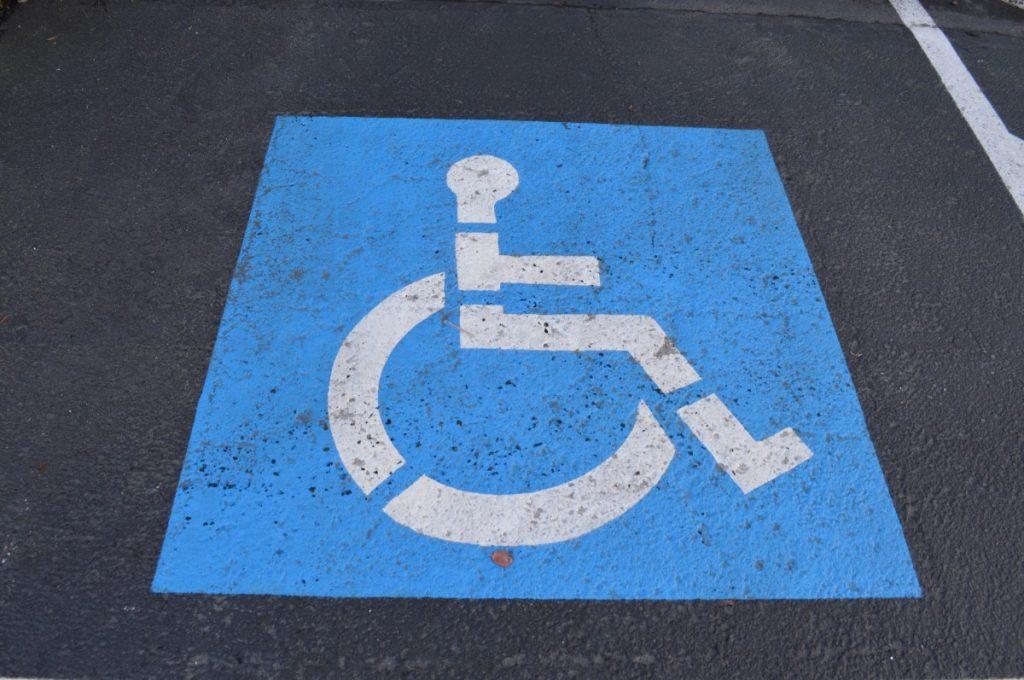 Imagen de una plaza reservada para personas con discapacidad