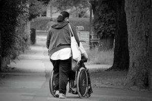 Imagen de una persona en silla de ruedas